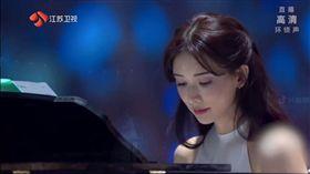 林志玲參與江蘇衛視跨年晚會,鋼琴伴奏/現代舞。(翻攝微博)