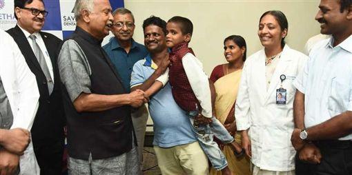 童下顎腫脹4年 手術取出526顆牙(圖/翻攝自The New Indian Express Twitter)