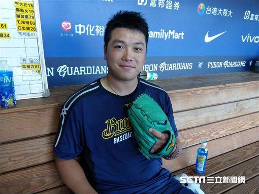 廖乙忠帶著哥哥送他的手套賽前練習。(圖/記者王怡翔攝影)