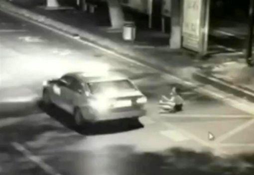 中國大陸,女主播深夜等公車遭陌生男襲擊(圖/翻攝自梨視頻)