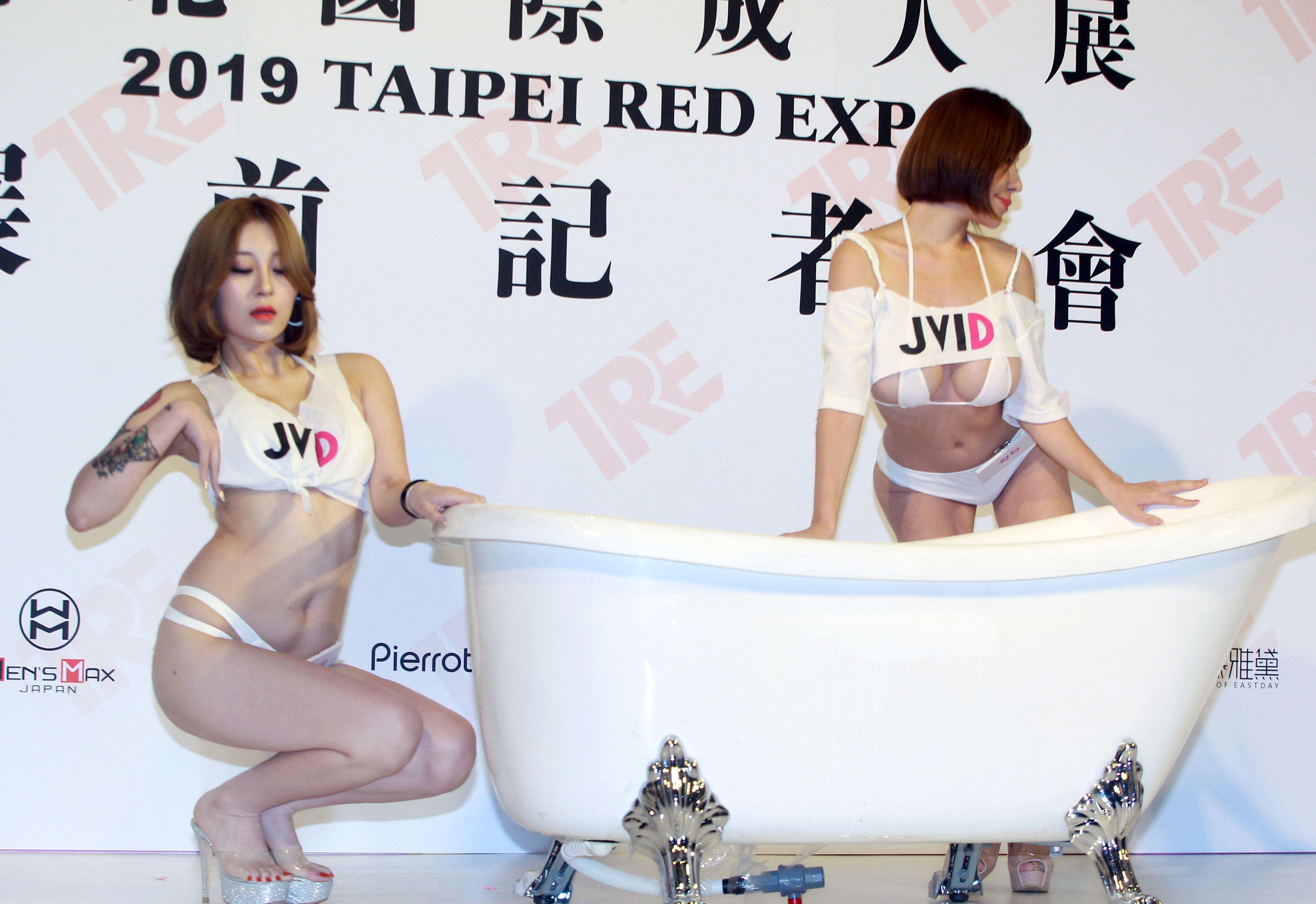 JKF女郎勾勾、香菜兒「櫻花牛奶泡泡浴」。(記者邱榮吉/攝影)