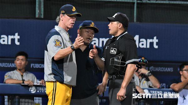 ▲中信兄弟總教練伯納和二軍總教練林威助。(圖/記者王怡翔攝影)