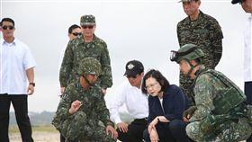 統蔡英文視導台中清泉崗基地執行漢光34號演習「聯合反空(機)降作戰演練」國防部提供