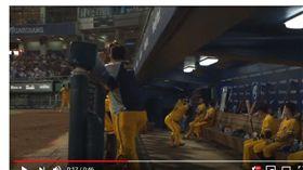 ▲中信兄弟選手陳子豪休息室內打斷球棒。(圖/截自網路)