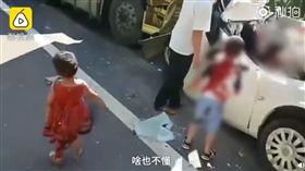 目睹父母慘死!妹妹醫院爆哭…6歲哥堅強擁「妹妹別哭」(圖/翻攝自秒拍)
