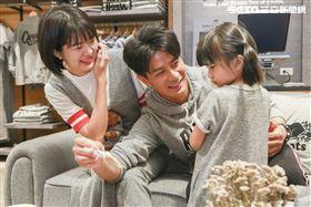 郭彥均和老婆winnie及女兒圓圓一同出席roots概念店開幕 。(圖/記者林士傑攝影)