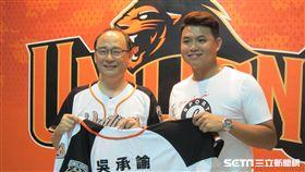▲統一獅球團總經理蘇泰安(左)為新人吳承諭穿上球衣。(圖/記者蕭保祥攝影)
