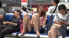 海鮮,開腿,滑手機,車站(翻攝自微博)