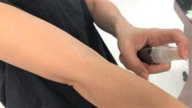 ▲北市聯合醫院藥師黃品臻說,當防蚊包味道不明顯時就要汰換,或可再製成草本防蚊液。(圖/記者楊晴雯攝)