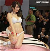 曾經也是藝人「G奶人妻」日本AV女優白石茉莉奈有「媽媽偶像」支稱,仍然深受大批男粉絲喜愛。(記者邱榮吉/攝影)