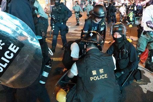 旺角再遊行 港警南北包夾拘捕示威者香港旺角遊行今晚再次上演催淚彈清場,港警晚間9時30分,從尖沙嘴與旺角警署採南北包圍彌敦道策略,沿路狂打催淚彈快速清場,逮捕數名示威者。中央社記者張謙香港攝 108年8月3日
