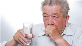 家中長輩喝水是否常嗆到?這可能是「吞嚥退化」的警訊