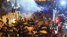 香港警方3日晚間在黃大仙地鐵站拘捕示威者引發居民不滿,最終演變成對峙衝突,港警對身穿便服的居民施放催淚彈與胡椒噴霧,驅散群眾。(圖取自standnewshk臉書)