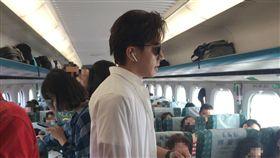 有人在高鐵車廂內拍到「野生坤達」。(圖/民眾提供)