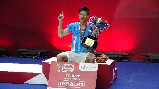 周天成泰國羽球公開賽 奪冠(1)台灣羽球一哥周天成4日在泰國羽球公開賽男單決賽,決勝局連續化解對手4個賽末點,以21比14、11比21、23比21擊敗香港選手伍家朗,抱走冠軍。中央社記者呂欣憓曼谷攝 108年8月4日