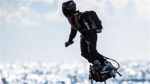 Franky Zapata,飛行滑板,英吉利海峽,Flyboard Air,飛行,超人,橫渡 圖/翻攝自推特