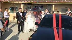 (圖/翻攝自爆廢公社)媒婆,黑傘,新娘,迎娶,習俗