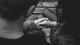 牽手,下藥,昏迷,意識不清,性侵,拐騙 (圖/翻攝自Pixabay)