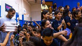 NBA/馬刺球星送學生全新Ipad NBA,聖安東尼奧馬刺,LaMarcus Aldridge,愛心 翻攝自馬刺官方推特