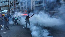 反送中反黑警遊行  警方施放催淚彈清場(2)香港28日中環遮打花園追究警方用槍集會,演變為大規模「自主」遊行,香港警方晚間7時高舉黑旗、隨後施放催淚彈清場,現場煙霧瀰漫。中央社記者王飛華香港攝  108年7月28日