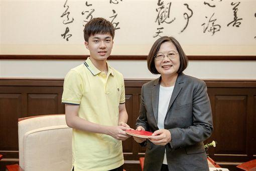 ▲蔡英文總統接見桌球好手林昀儒。(圖/總統府提供)
