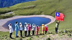 天使的眼淚,國旗,國歌,嘉明湖。(圖/翻攝自台灣百岳之美臉書)