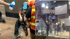 香港荃灣傳出白衣人追砍黑衣人,現場血跡斑斑。(圖/翻攝廢青事務委員會、飛 影臉書)