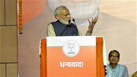 以個人魅力與形象  莫迪成功創造奇蹟再掌政權印度總理莫迪成功塑造國家保衛者及推動改革的強勢形象,帶領印度人民黨和國家民主聯盟在2019年國會下院大選贏得壓倒性勝利,創造了「莫迪奇蹟」。中央社記者康世人新德里攝  108年5月24日