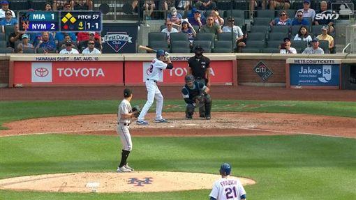 ▲狄格隆(Jacob deGrom)4局下敲出帶有2分打點安打。(圖/翻攝自MLB官網)