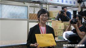 台北市政府顧問蔡壁如6日下午到內政部遞送申請備案文件章程。(圖/記者盧素梅攝)
