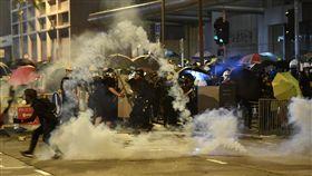香港三罷引發大混戰(2)反送中5日發起「三罷」7區集會,引發全港大混戰,示威者兵分多路圍攻13間警署,到處封街、縱火。圖為警方在北角發射催淚彈驅離示威者。(中通社提供)中央社 108年8月6日