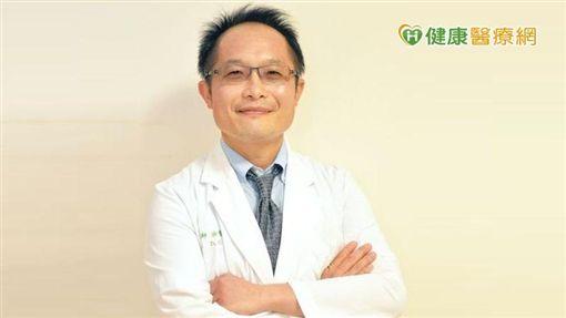 涂智彥醫師表示,目前十大死因癌症仍位居榜首,肺癌更是第一名,且肺癌的確較難在早期發現,而六到七成的患者多是晚期的肺腺癌,而肺腺癌當中,六成有特定的基因突變,找出這些特定變異,便可以其為目標給予標靶治療。