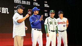 ▲中國職棒聯賽記者會,4隊總教練合影,右1為陳瑞振。(圖/取自中國棒協官網)