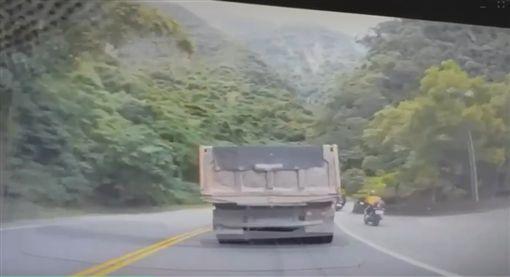 18歲男台九線超車不慎 遭捲曳引車車底身亡