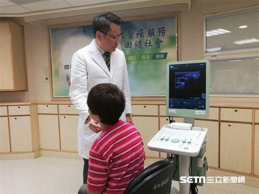 國泰醫院耳鼻喉科醫師王文弘替63歲患者魏女士進行甲狀腺檢查。(圖/記者楊晴雯攝)