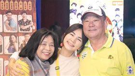 陳嘉樺,Ella與爸媽(圖/翻攝自ELLA臉書)