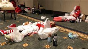 孩子們練習彩排受傷,冰敷苦撐。(圖/翻攝Cindy Luo臉書)