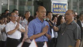 韓國瑜出席中元節普渡拜拜(2)高雄市長韓國瑜(前左)7日下午率市府局處首長等人在四維行政中心前出席中元節普渡拜拜,祈求風調雨順、國泰民安。中央社記者董俊志攝  108年8月7日