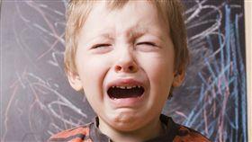 與其說「不要哭」,要緩和孩子情緒最有效的方法,就是當一面鏡子,「照」出孩子當下正在面臨的狀況。