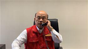 行政院長蘇貞昌8日赴中央災害應變中心瞭解地震及颱風整備情形後,透過電話向蔡英文總統報告。(圖/行政院提供)