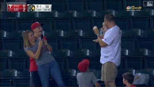 ▲費城人球迷左手抱嬰兒右手接殺界外球,開心和女兒合影。(圖/翻攝自MLB官網)