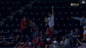 ▲費城人球迷右手抱嬰兒左手接殺界外球。(圖/翻攝自MLB官網)