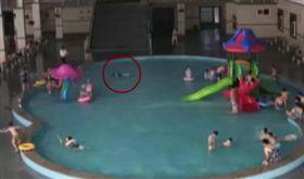 被泳圈卡死溺水!3歲童泳池狂掙扎2分鐘…媽竟在旁練泳技(圖/翻攝自微博)