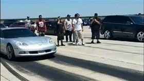 ▲Jeep Grand Cherokee SRT與Chevrolet Corvette拚直線加速(圖/翻攝網路)