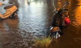 利奇馬發威!宜蘭入夜風雨漸增 水淹機車「半個輪胎高」