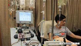 醫師江起陸於周邊血幹細胞收集室裡捐贈造血幹細胞。(圖/台中慈濟醫院提供)