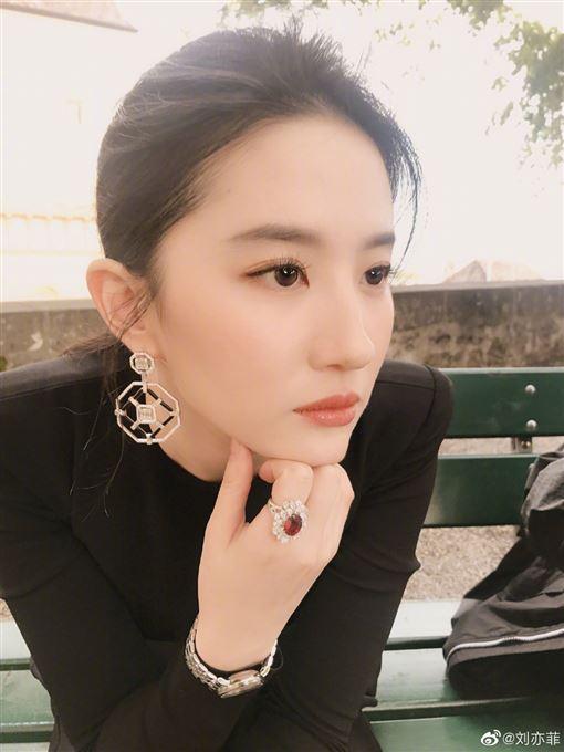劉亦菲/西裝/瑞士。微博