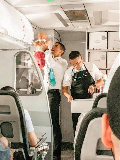 嬰兒搭機狂哭鬧!空服員「抱起哄笑」 照片曝光網戀愛了▲圖/翻攝自Frontier Airlines twitter