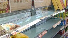 颱風,囤積,糧食,購物,便利商店,貨架(圖/翻攝自爆怨公社)