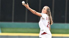 ▲里約奧運女網金牌普伊格(Monica Puig)紅人球場『球拍』開球。(圖/翻攝自紅人推特)